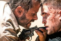 Mundo distópico é tema no FEATURETTE de THE ROVER com Robert Pattinson e Guy Pearce