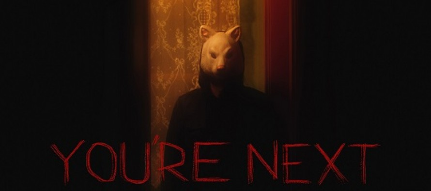 Assassino mascarado estampa pôster inédito de You're Next, horror com Sharni Vinson