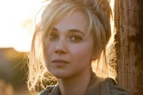 Juno Temple se junta a Carey Mulligan e Matthias Schoenaerts no elenco da adaptação do drama, Far from the Madding Crowd