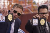 Michael Peña & Alexander Skarsgård são policiais corruptos no TRAILER de WAR ON EVERYONE
