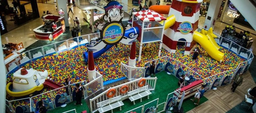 Mar de Bolinhas anima férias no Plaza Shopping