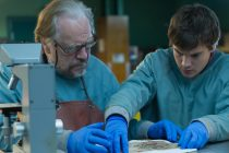 Emile Hirsch & Brian Cox comandam necrotério no TRAILER de THE AUTOPSY OF JANE DOE