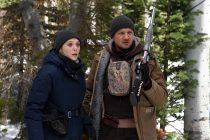 Jeremy Renner e Elizabeth Olsen investigam assassinato no trailer e cena de 'Wind River'